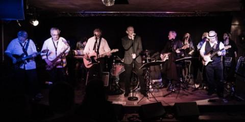 Patou D'Unkou (guitar, vocals), Rocky Raviolo (sax, harmonica), John Cipolata (guitar, vocals), Roberthy Benzo de Bâle (bass, vocals), Claire Asile (claviers), Johnny di Pizzaiolo (drums), Dietrich Freezer-Disco (vocals), Nicole au Dent (vocals), Petite Berthe (guitar), Cellulite Gras Double (vocals), Edith de Nantes (vocals). Beau Lac de Bâle @ Mr Pickwick, Genève, Switzerland, 11.12.2015. (c) Christophe Losberger